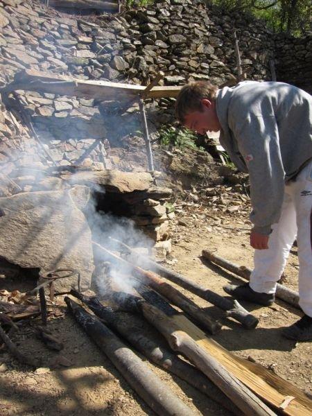 préparation des piquets en bois.