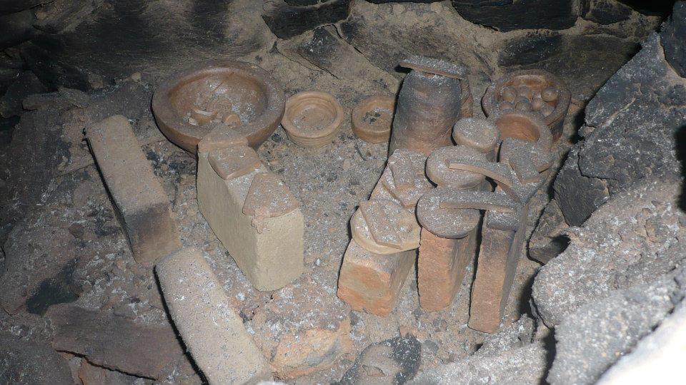 cuisson poterie 2013 dans le four du chantier médiéval